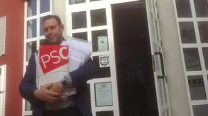 El alcalde de Jun (Granada), José Antonio Rodríguez Salas, con varios fajos de firmas de militantes socialistas de toda España recibidas este miércoles en demanda de un congreso urgente y primarias en el PSOE.
