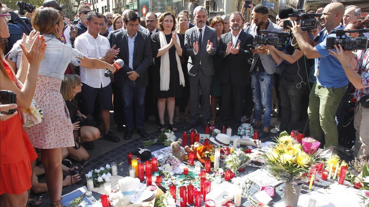 La alcaldesa Ada Colau, ante la ofrenda floral en el Pla de lOs. CARLES MONTAÑÉS