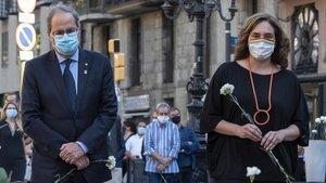 La alcaldesa de Barcelona Ada Colau y el 'president' de la Generalitat Quim Torra durante el homenaje a las víctimas del 17-A, este lunes.