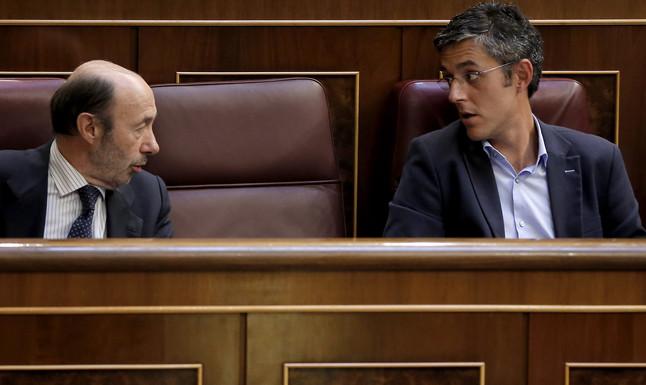 Alfredo Pérez Rubalcaba y Eduardo Madina, durante un pleno en el Congreso de los Diputados.
