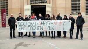 Algunos doctorandos de la UDL protestan contra el programa formativo.