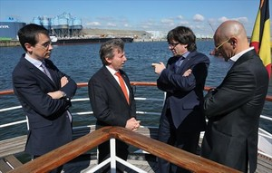 El president Puigdemont, el conseller Romeva y el representante del Govern en Bruselas, Amadeu Altafaj, junto al representante del puerto de Gante.