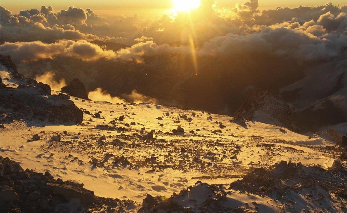 Un amanecer en el cerro Aconcagua, la montaña mas elevada de América, en los Andes
