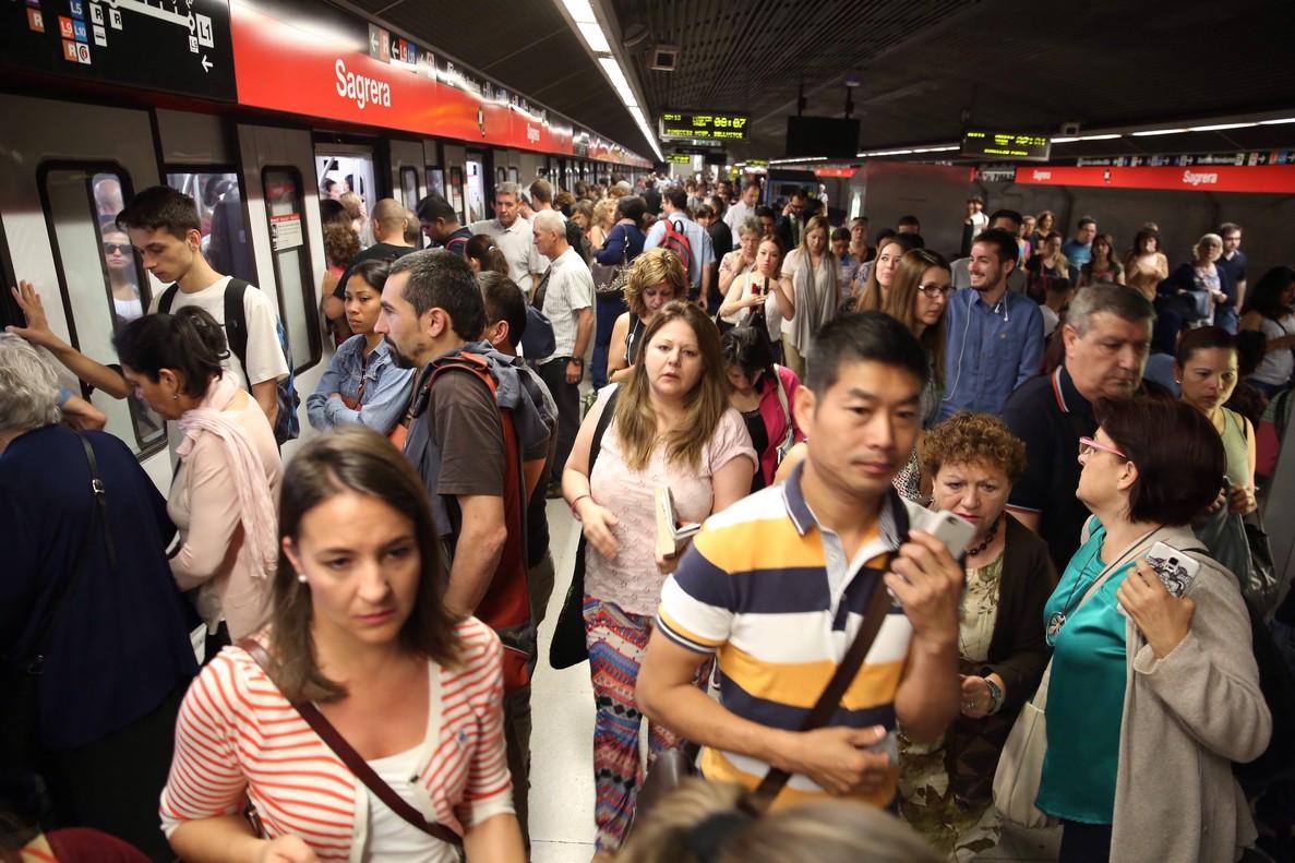Andén abarrotado de usuarios en la estación de metro de Sagrera, en una imagen de archivo.