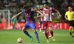 André Gomes controla el balón ante el acoso de Marc Roca.
