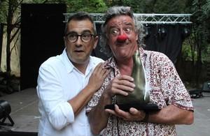 Andreu Buenafuente entrega el premio Singlot de Honor a Leo Bassi, que ha recogido en su lugar el payaso Tortell Poltrona.