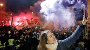 Anna Donnath, vicepresidente del partido de la oposición Movimiento Momentum, sujeta una bengala durante las protestas contra la reforma laboral en Budapest.
