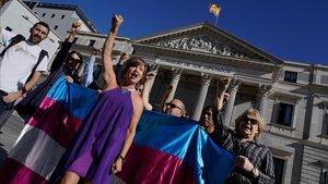 Anuncio de huelga de hambre de activistas trans y madres de menores trans delante de las escaleras del Congreso.