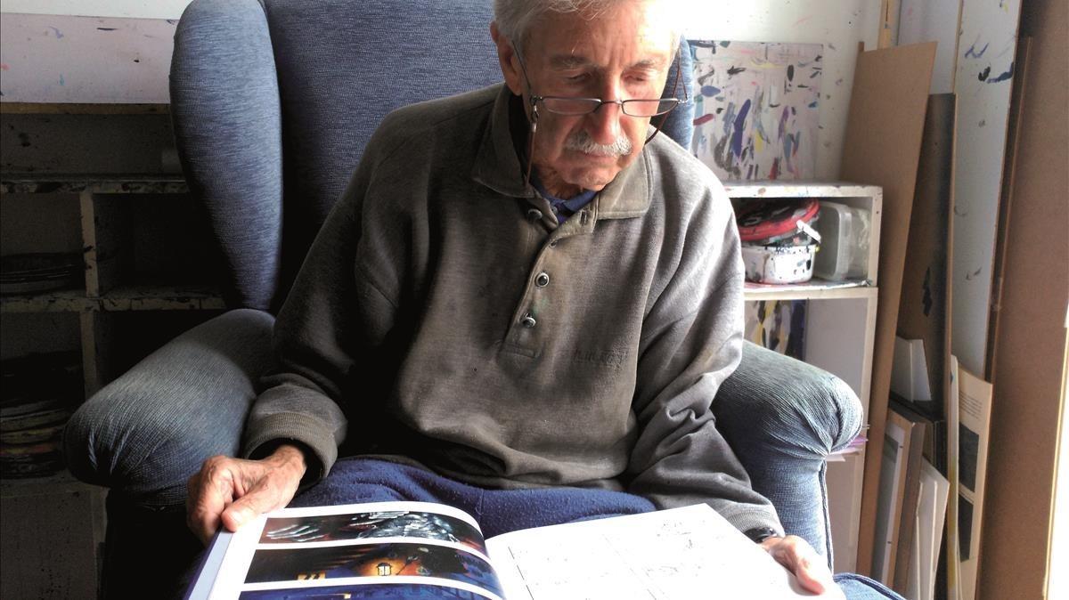 El artista José Ramón Sánchez, hojeando el cómic de 'Moby Dick'.