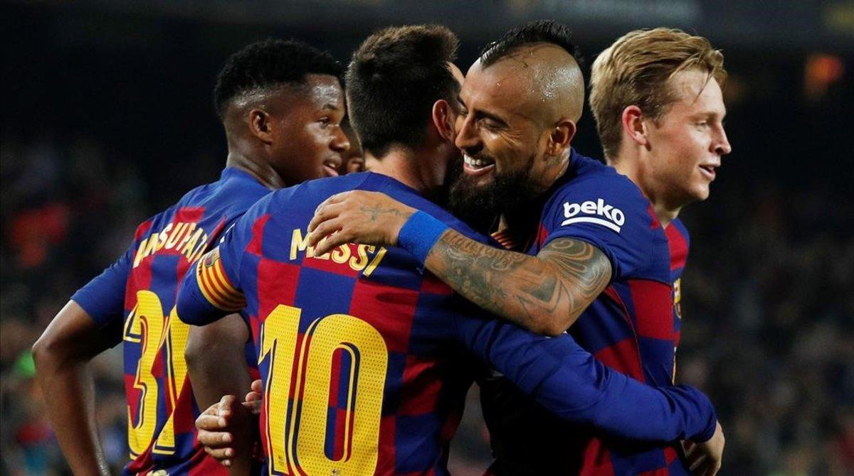Arturo Vidal agradece el magnífico pase del segundo gol a Messi.