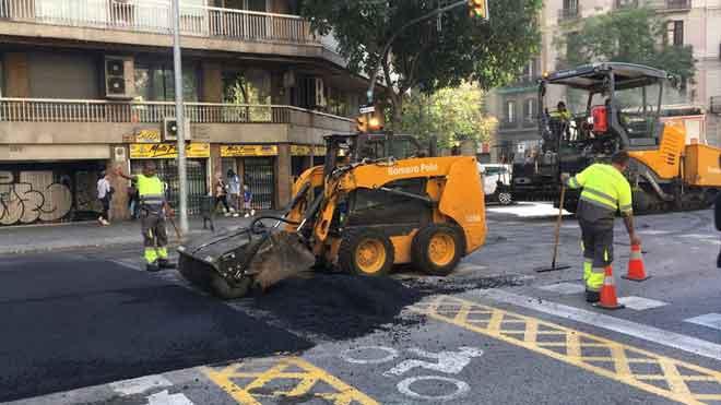 Obras de asfaltado de la calle de Aragó entre paseo de Sant Joan y Bailèn, por los incendios de las protestas.