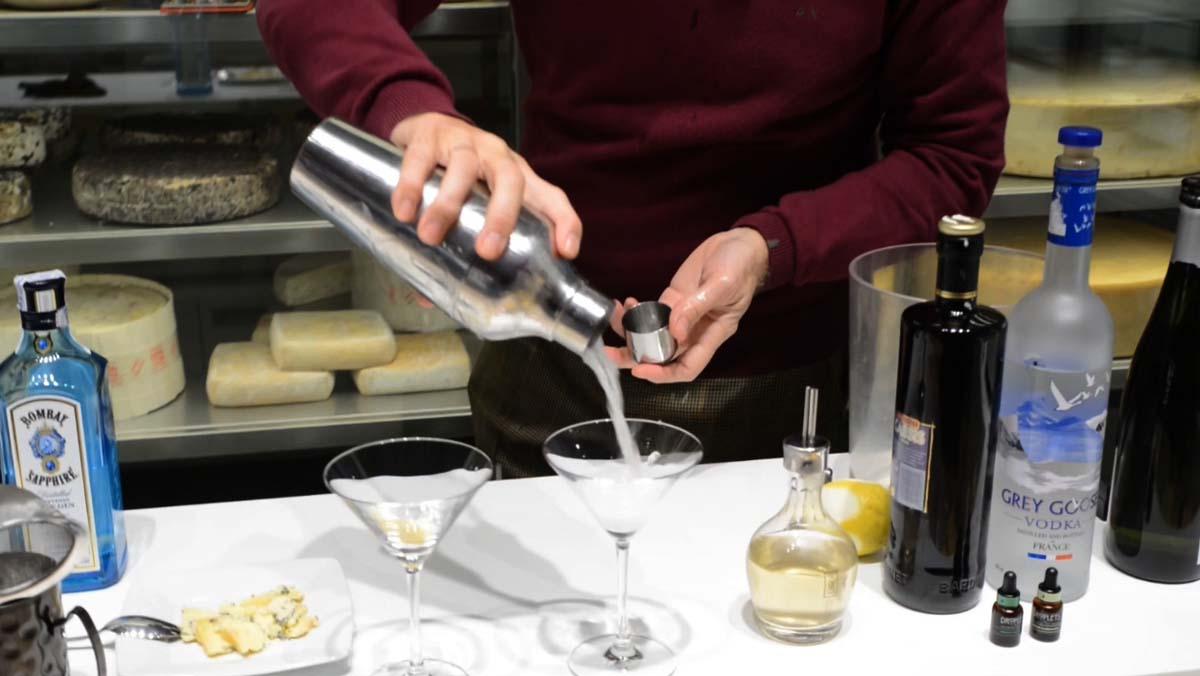 Así prepara el Dirty Martini Javier de las Muelas.