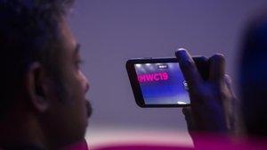 Un asistente alMobile World Congress 2019 de Barcelona, pendiente del su teléfono.