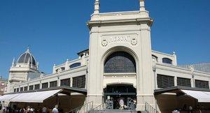El Ayuntamiento de Sabadell interviene la fachada del Mercado Central para evitar desprendimientos.