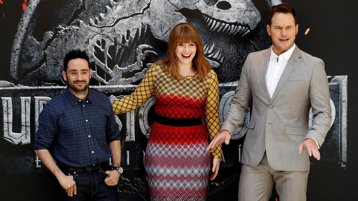 J. A. Bayona, Bryce Dallas Howard y Chris Pratt, ayer en Madrid, en la presentación de 'Jurassic World: El reino caído'