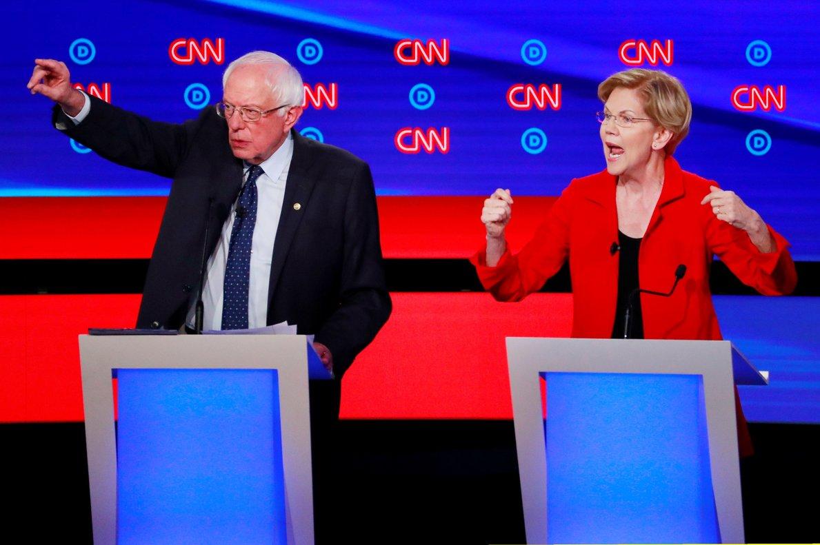 Bernie Sanders y Elizabeth Warren, durante el debate de aspirantes demócratas a la Casa Blanca, este martes en Detroit.