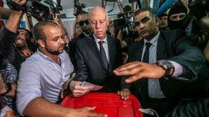 El candidato islamista Kais Saied, en el centro, votando en los comicios.