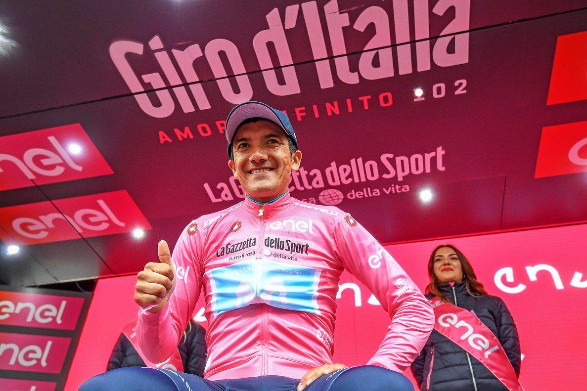 Richard Carapaz, en el podio, con la 'maglia rosa'.