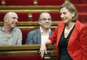 Carme Forcadell, delante de los diputados de JxSí Lluís Llach y Jordi Turull.