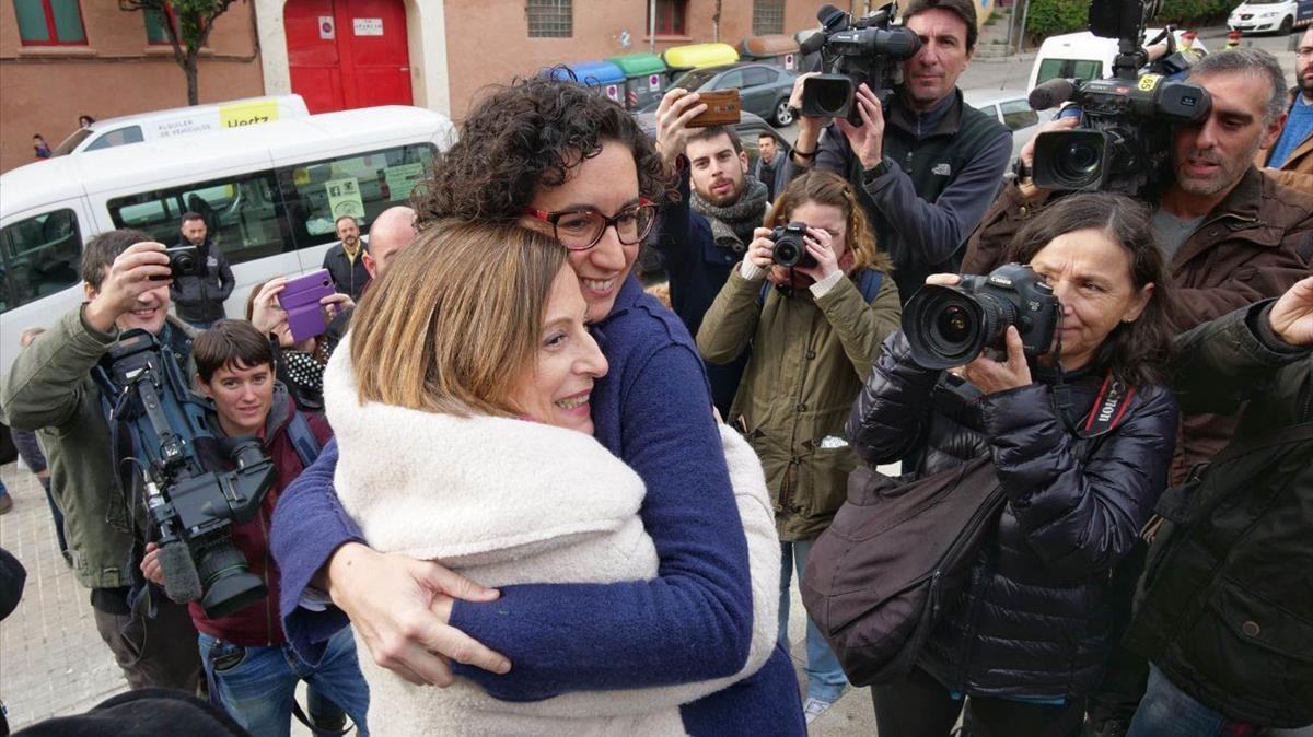Carme Forcadell y Marta Rovira se abrazan este domingo en el mitin de ERC en Badalona.