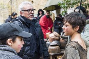 El director de la versión televisiva de La catedral del mar, Jordi Frades, en el centro, le da instrucciones a uno de los niños para la próxima escena del rodaje en Sos del Rey Católico.