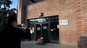 Entrada del centro municipal de mayores de Valdemoro clausurado por el fallecimiento de un usuario y el contagio de otras 19 personas.