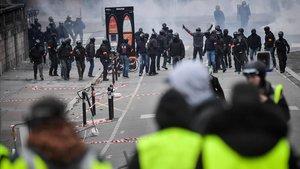 Chalecos amarillos se enfrentan a policías franceses en París el pasado sábado.