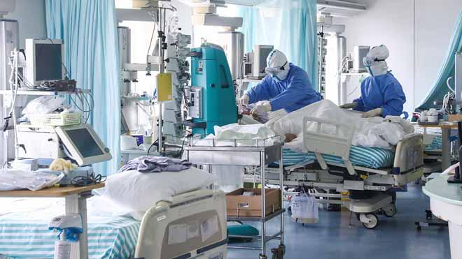 Un turista xinès ingressat a França, primer mort per coronavirus a Europa