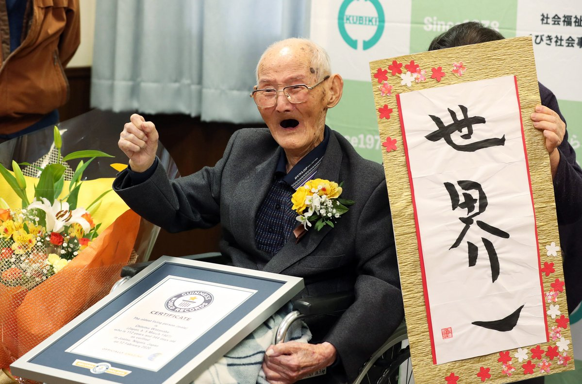 Chitetsu Watanabe, de 112 años, posa sonriente tras ser reconocido como el hombre más anciano del mundo.