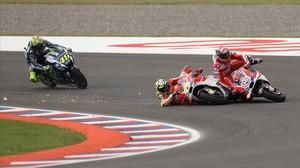 El choque entre Andrea Iannone y Dovizioso, que acabó con ambos por los suelos
