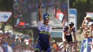 El ciclista colombià Esteban Chaves, Chavito, celebra el seu triomf en la segona etapa de la Vuelta al seu pas per la meta a Caminito del Rey.