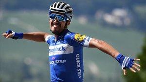 El ciclista francés Julian Alaphilippe festeja el triunfo en la tercera etapa del Tour.