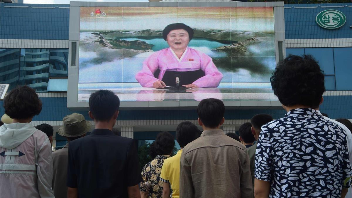 Ciudadanos de Pionyang miran en una pantalla gigante cómo la televisión norcoreana anuncia que el país ha probado con éxito una bomba de hidrógeno, el 3 de septiembre del 2017.
