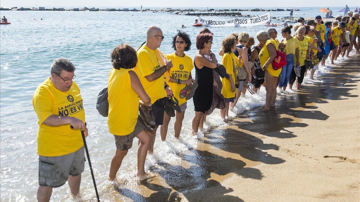 Vecinos de la Barceloneta, en protesta por la masificación turística del barrio.
