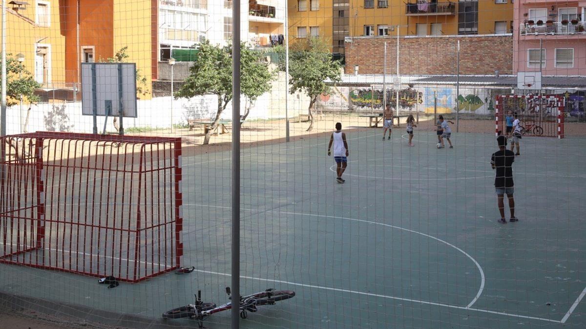 La pista de fútbol sala de la plaza de la Sardana, en Ripoll, que solían frecuentar los miembros de la célula yihadista.