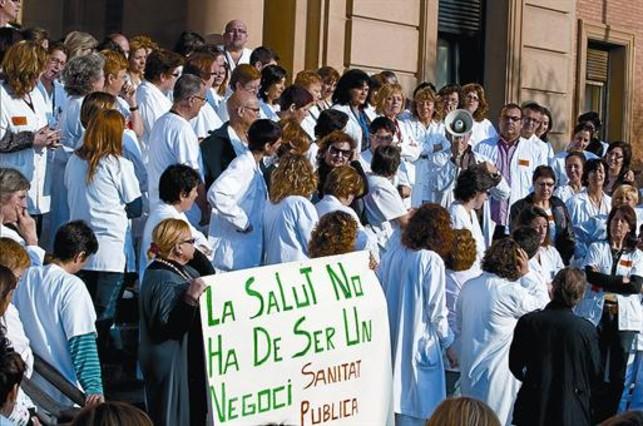 Concentración de médicos y enfermeras en contra de los recortes en el Vall d'Hebron.