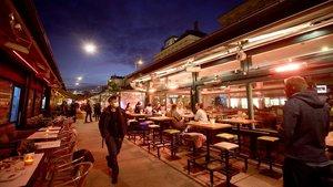 El mercado deNaschmarkt de Viena ayer por la noche horas antes de que entrara en vigor en el nuevoconfinamiento.
