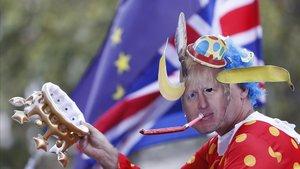 Un contrario al 'brexit' se manifiesta en Londres con una careta de Boris Johnson.