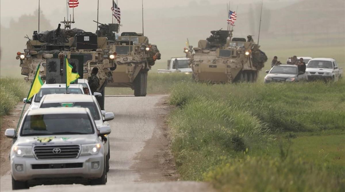 Convoy de fuerzas kurdas y de EEUU en Darbasiya, junto a la frontera entre Siria y Turquía.