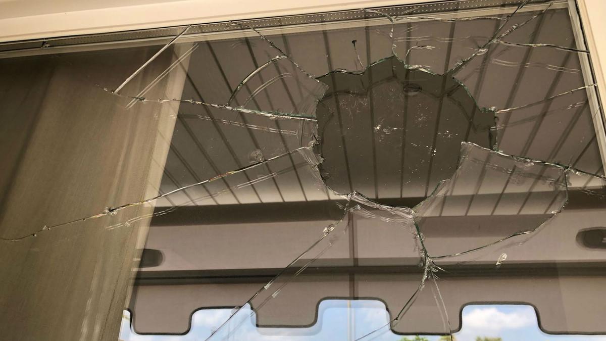 Cristal roto tras el lanzamiento de una piedra contra el piso del concejal de Cs en Sitges.