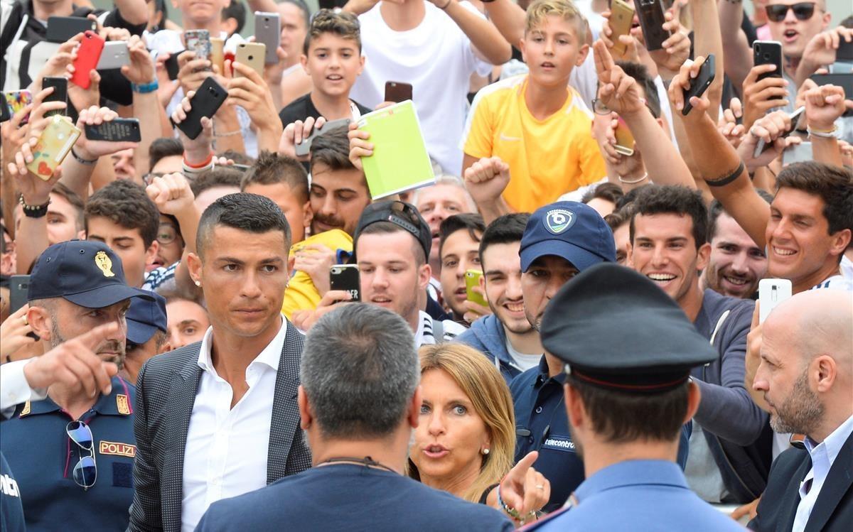 Cristiano Rolando, a su llegada a Turín, rodeado de expectación