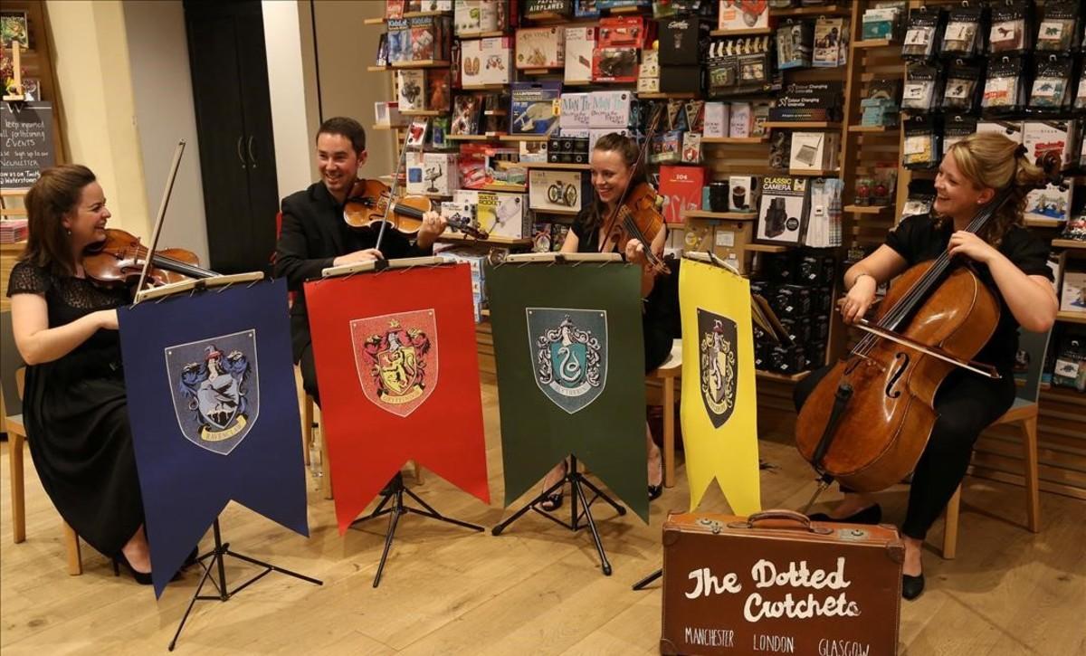 Un cuarteto de música celebra el lanzamiento mundial del nuevo libro de Harry Potter en una librería de Londres.