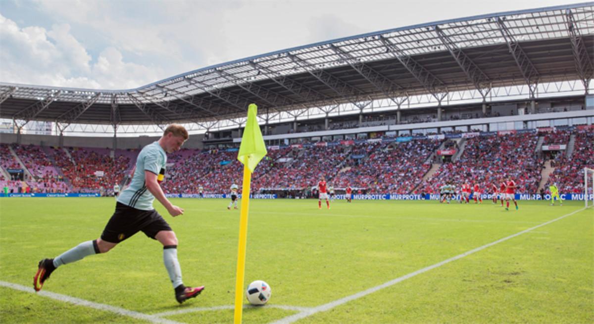Kevin De Bruyne sacando un corner en un partido en el Stade De France en Saint Denis. Este será el estadio francés que acogerá a los dos equipos finalistas de la Eurocopa 2016.