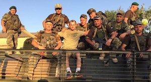 El delantero del AlbaceteRoman Zozulya (centro), con un grupo de militares ucranianos, en una imagen colgada por el jugador en las redes sociales.