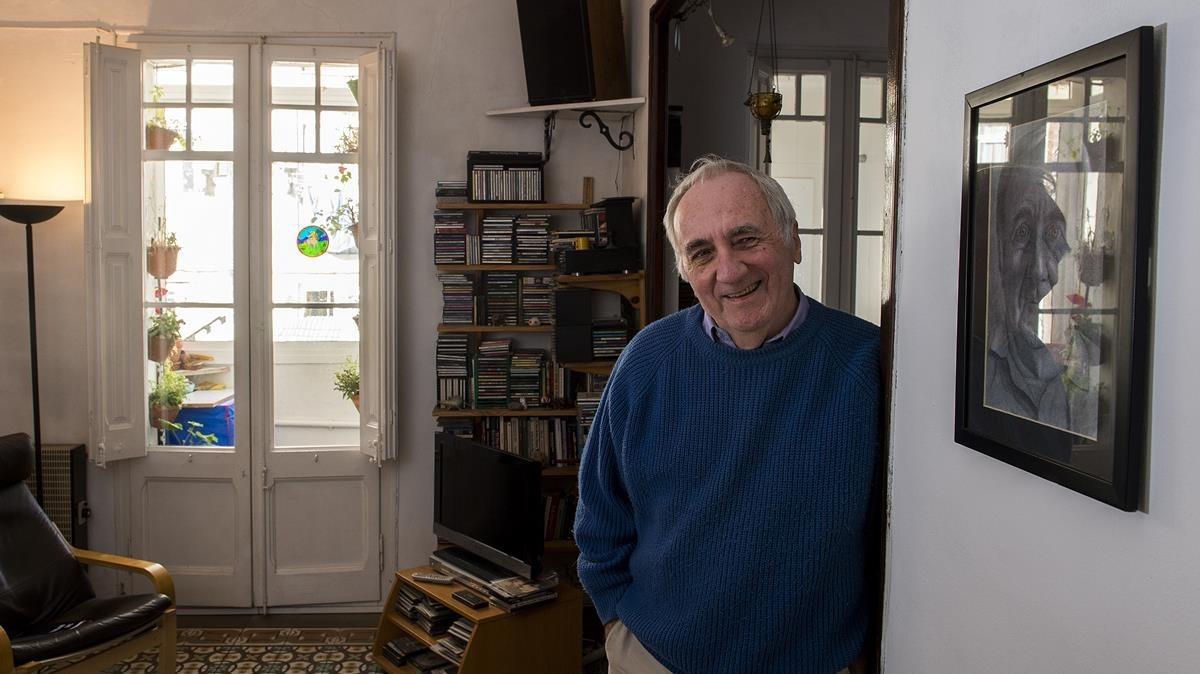 Dennis Johnston, a sus 78 años, en el salón del piso en que vive desde 1981.