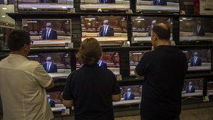 Discurso de Puigdemont sobre la DUI en el Parlament, seguido por las pantallas de una tienda de electrodomésticos, el 10 de octubre del 2017.