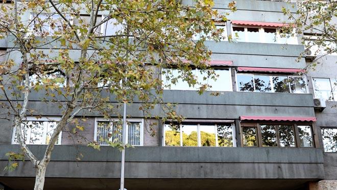 Diverses persones encaputxades van entrar la matinada de dilluns al despatx de l'advocat i exjutge Baltasar Garzón.