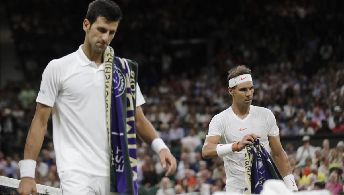 Djokovic y Nadal, en un descanso de su semifinal aplazada en Wimbledon.