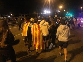 Dos chavales, uno con una estelada y otro con una 'senyera', cortan una carretera en Mataró.