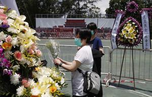 Dues dones col·loquen flors al memorial a les víctimes de Tiananmen, a Hong Kong.